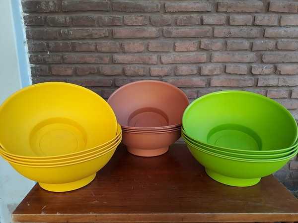 Macetas plásticas ciotolas de color amarillo, terracota y lima