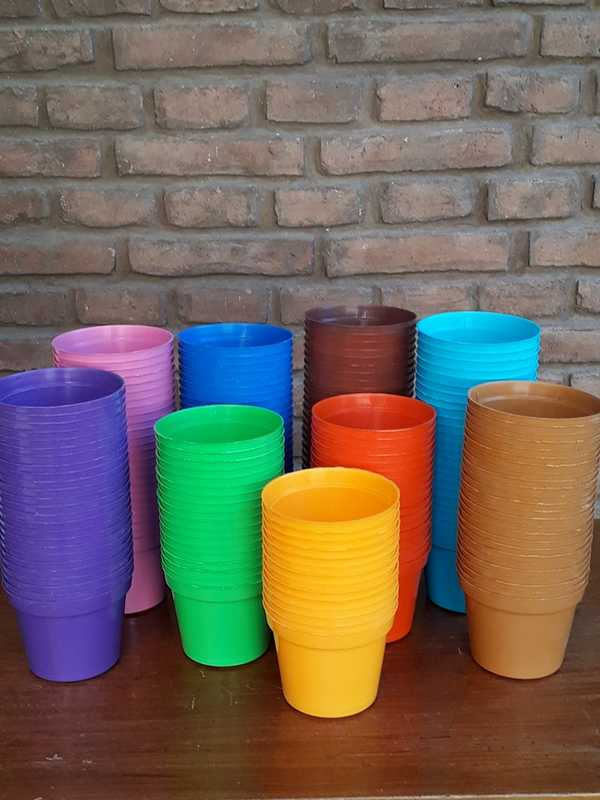 Macetas plásticas rocío de varios colores con diámetro de 10 centímetros