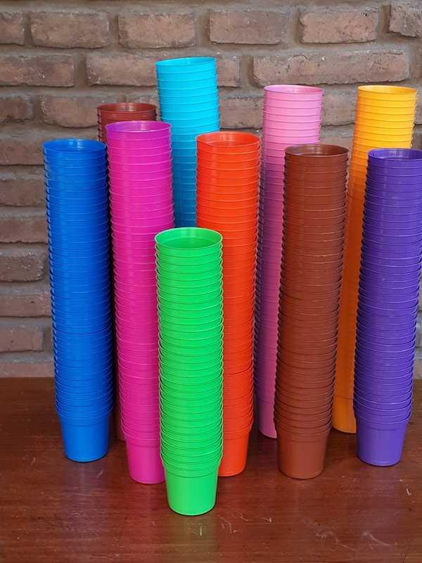 Macetas plásticas rocío de diferentes colores con diámetro de 6 centímetros