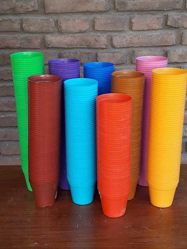 Macetas plásticas rocío de colores variados de tamaño número 8